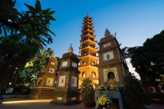 Tháp-chính-chùa-Trấn-Quốc-cùng-khu-vườn-mộ-tháp-hài-hòa-1024x682