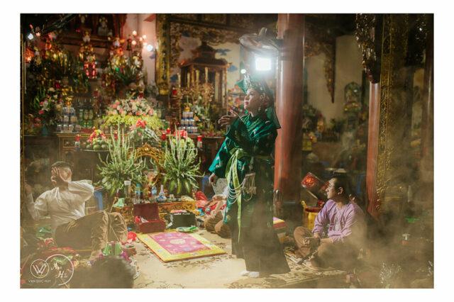 Hầu giá Chầu Đệ Nhị, múa tay tiên. NAG Văn Đức Huy, nguồn: Group Đạo Mẫu Việt Nam.