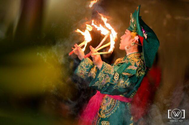 Hầu giá Chầu Đệ Nhị, múa mồi. NAG Văn Đức Huy, nguồn: Group Đạo Mẫu Việt Nam.