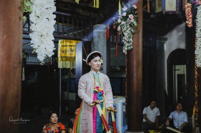 Thanh đồng hầu giá Cô Bơ, chèo thuyền. NAG: Quỳnh Nguyễn