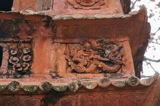 Họa tiết trên tháp cổ Đền Đậu An. Ảnh Nguyễn Huân
