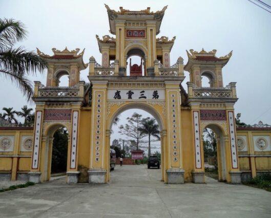 Cổng đền Quan Lớn Đệ Tam