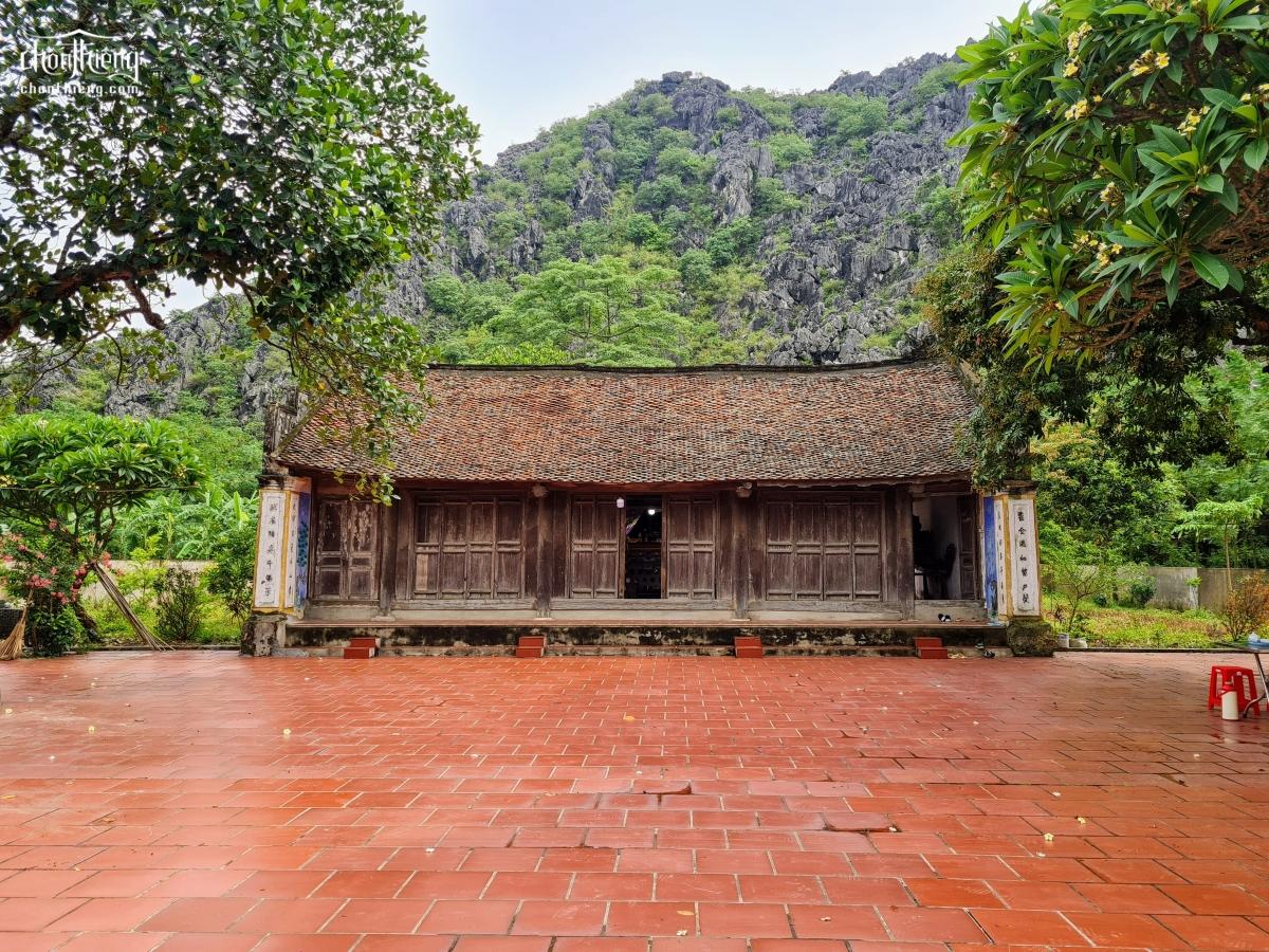 Đền thờ Thái phó Lê Niệm (Yên Mô, Ninh Bình) ngôi đền được cả núi Voi ôm gọn