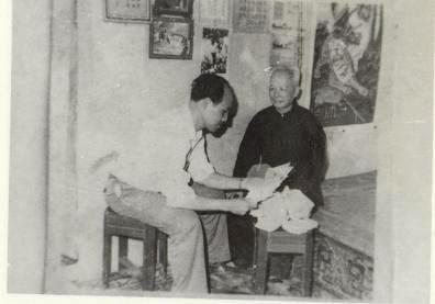 Nhà nghiên cứu Nguyễn Phúc Giác Hải đang xem thư từ bệnh nhân gửi cho cụ. Ảnh nguyenduccan.blogspot.sg