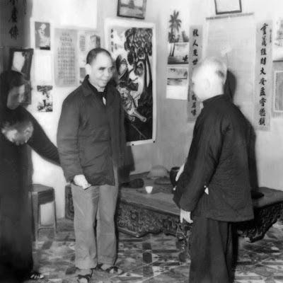 Trung tá bác sỹ Vũ Hữu Hiếu (trái) đến gặp cụ Trưởng Cần (phải) xin chữa bệnh. Ảnh Nguyễn Đức Cần – Nhà Văn Hóa Tâm Linh.