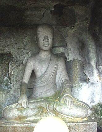 Tượng Giác Hoàng Trần Nhân Tông đặt trong tháp Huệ Quang